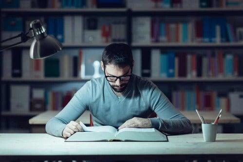 Ragazzo che studia di notte.